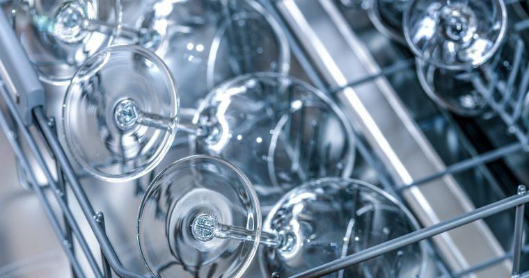 Geschirr abwaschen ohne Wasserflecken